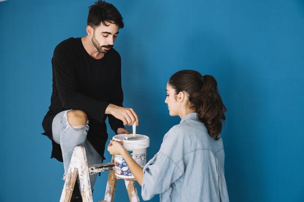 Coppia che dipinge le pareti